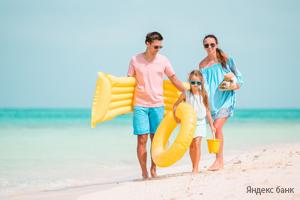Семья отдыхает на море